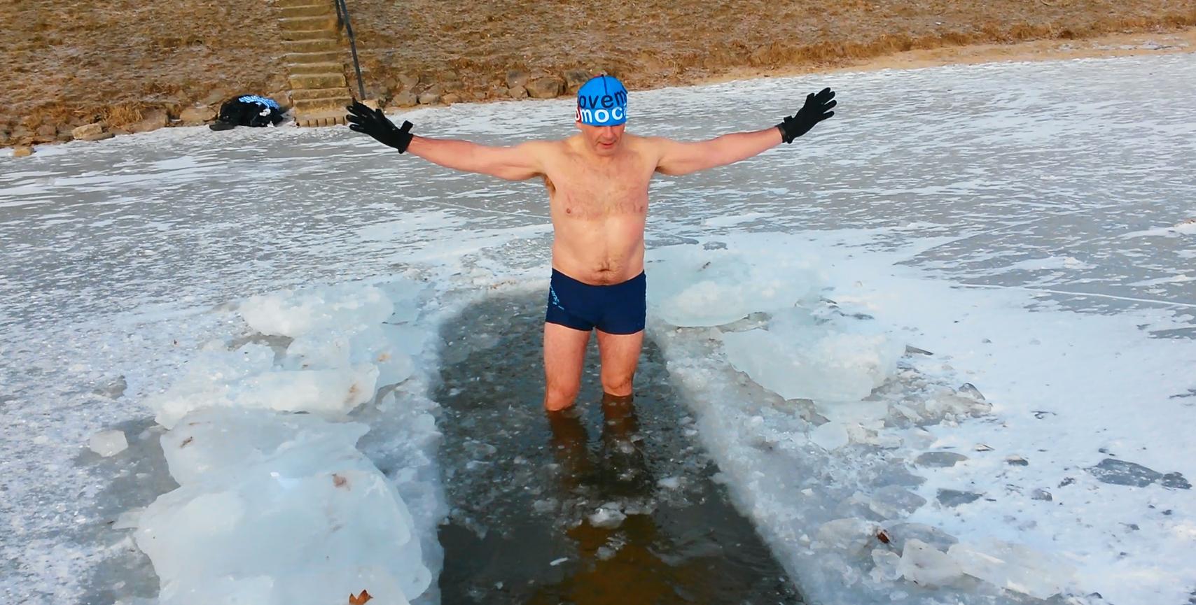 Ledový muž Petr Vobořil z Jablonce nedá na otužování v přehradě dopustit. Prý ho teď díky ranním ledovým koupelím netrápí ani nachlazení, ani bolesti zad