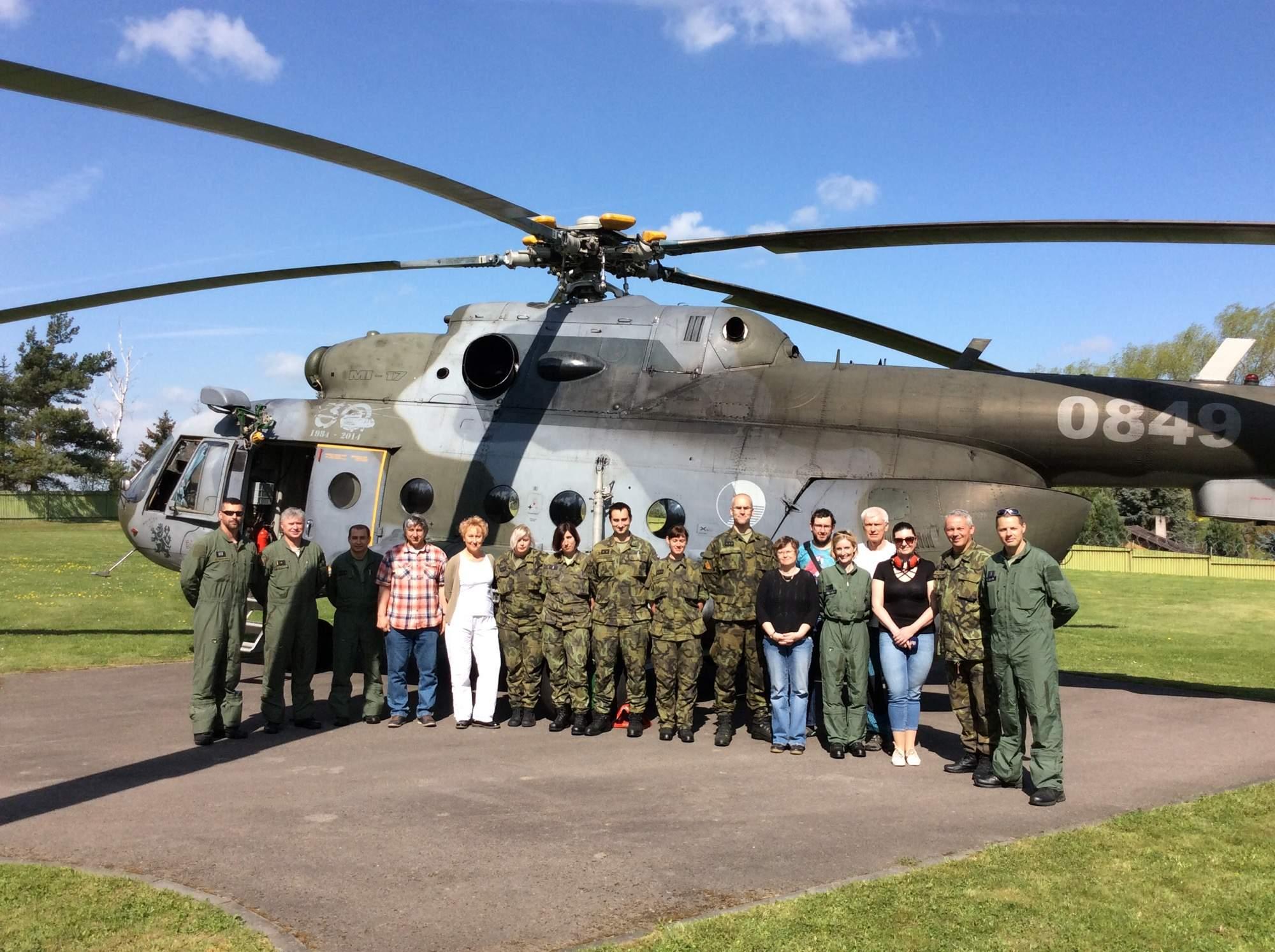 Specialisté SÚRO, vojenští chemici, piloti. K měření radiace používají odborníci citlivý přístroj IRIS, připevněný na palubě vrtulníku Mi-17