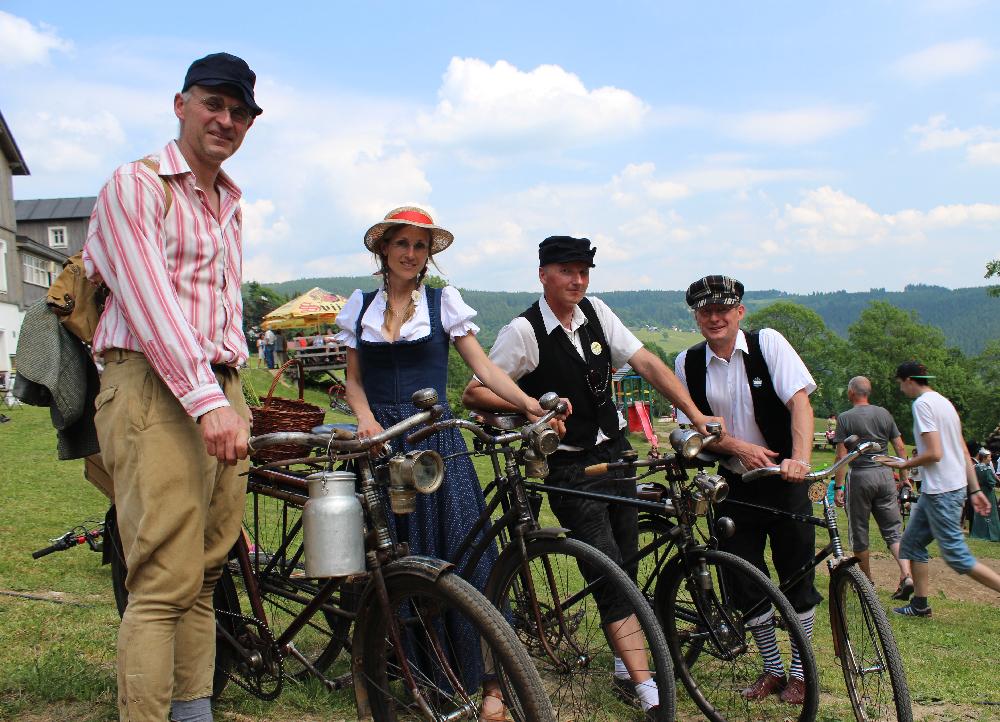 V Příchovicích se jela spanilá jízda Cyklostezkou Járy Cimrmana. Cyklisté na historických kolech