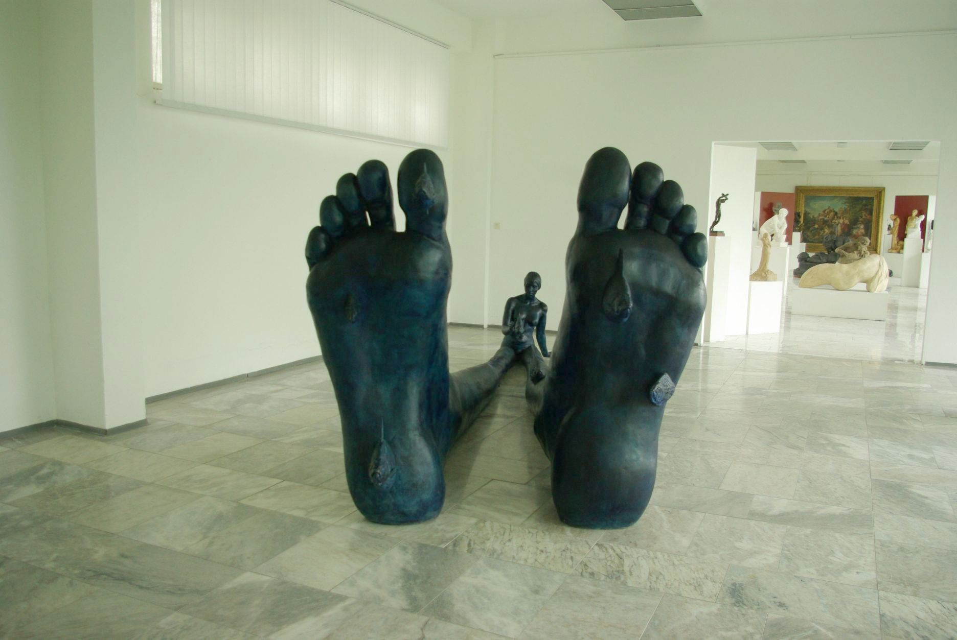 Antikoncept, plastika J. Jonášové inspirovaná životní etapou sochařky