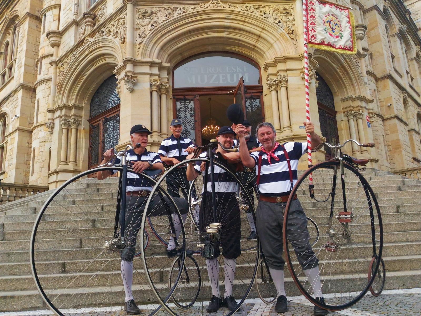 Návštěvníky nové výstavy překvapili cyklisté na vysokých kolech, na kterém se zkusila projet i redaktorka Českého rozhlasu Liberec Lucie Fürstová