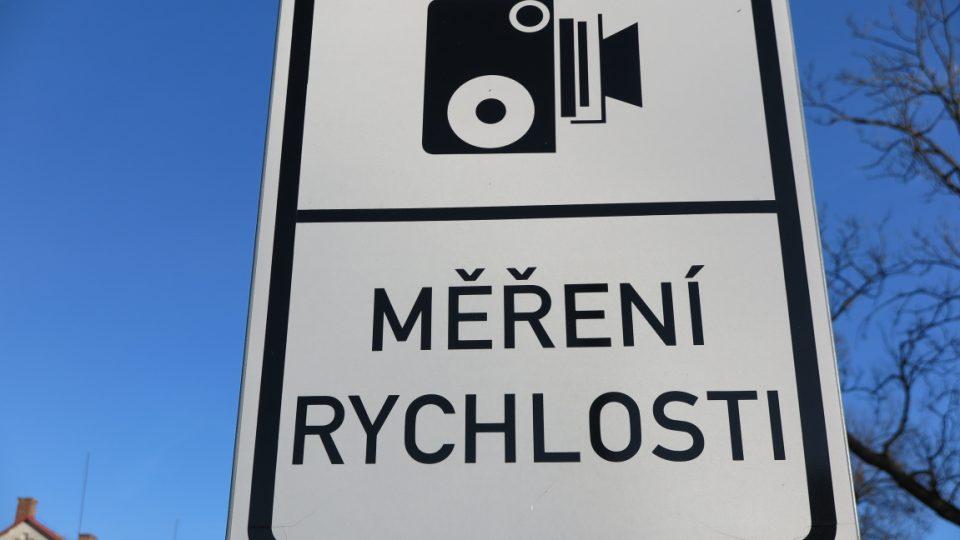 Značka, která řidiče upozorňuje na měření rychlosti (ilustr. foto)