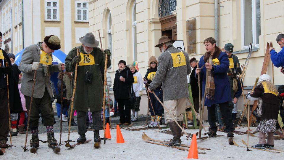 Masopust v Novém Boru: Ke karnevalu patří i recesistické závody na historických lyžích