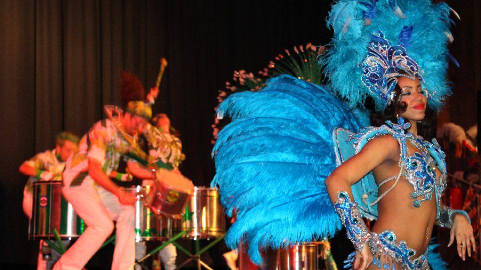 Masopust v Novém Boru: Tanečnice (v pozadí Tam Tam Batucada)