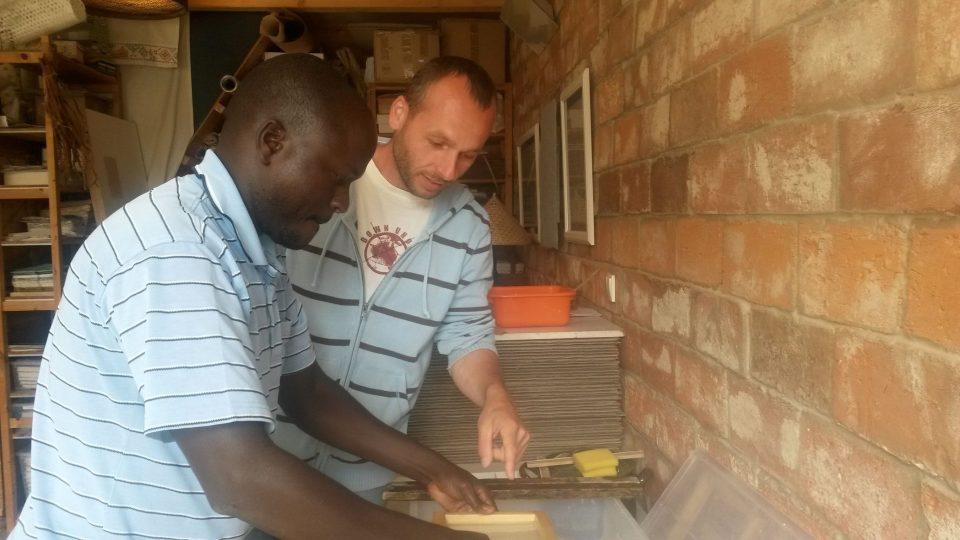 Michal Gorec a Ken Okong při výrobě ručního papíru