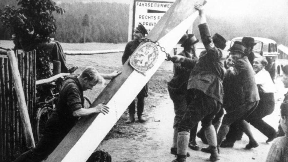 Sudetští Němci ničící symboly české státnosti