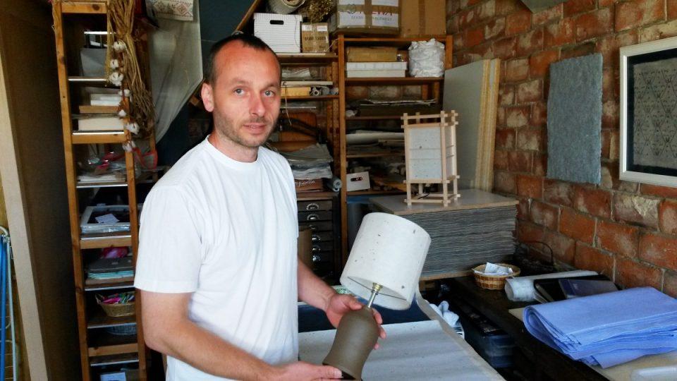Michal Gorec ze Zdislavy u Liberce dokáže vyrobit tradiční japonský papír, také se učil u japonského papírnického mistra