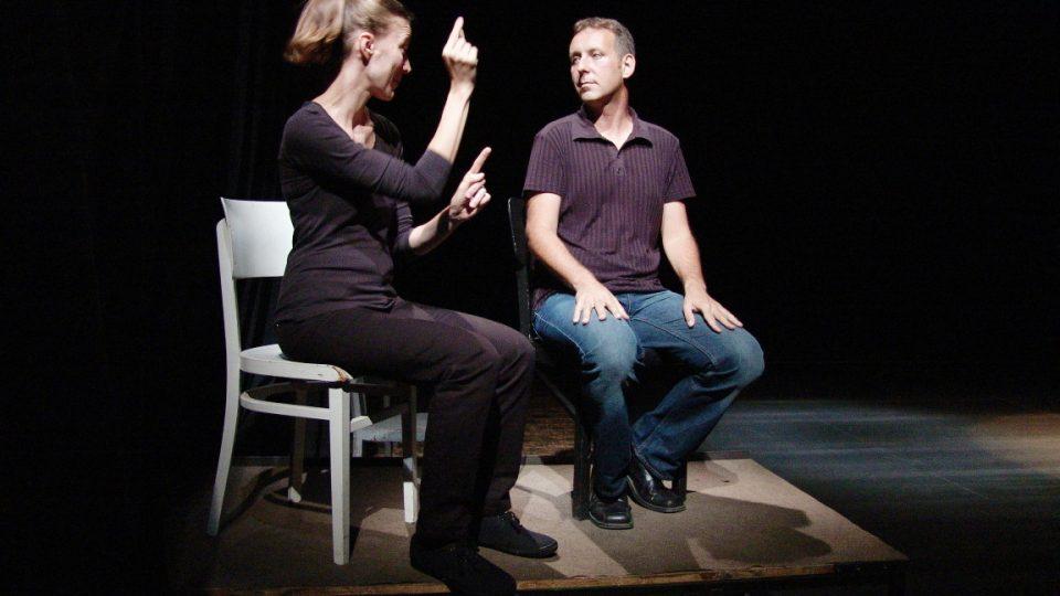 Malé divadlo v Liberci připravilo pro neslyšící diváky hru Podivný případ se psem, přímo na jevišti překládali do znakového jazyka dva tlumočníci