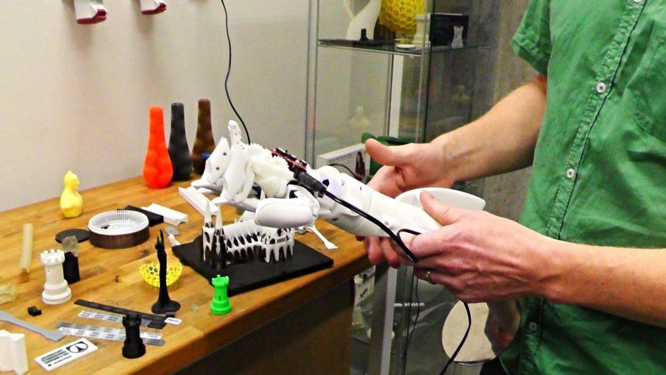 Umělá ruka vytištěná libereckými vědci na 3D tiskárně nové laboratoře liberecké univerzity