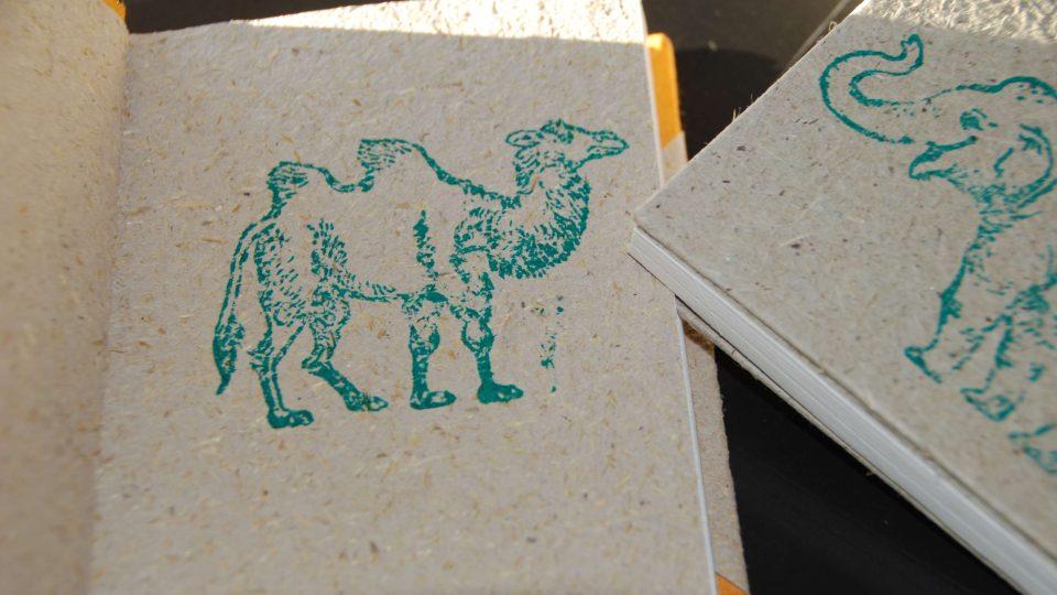 Notes z papíru vyrobeného ze zvířecího trusu
