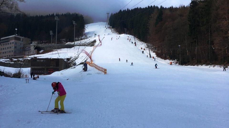 Sjezdovka na Ještědu zlákala první lyžaře.
