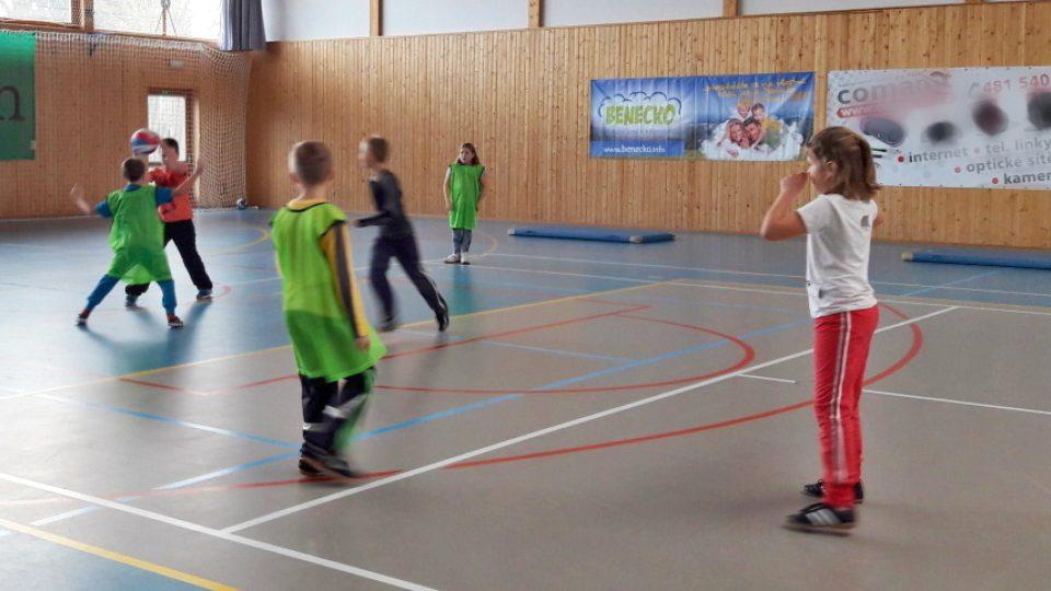 V hodině tělocviku navíc chodí školáci ze ZŠ v Komenského ulici v Jilemnici do městské sportovní haly a věnují se hlavně míčovým sportům