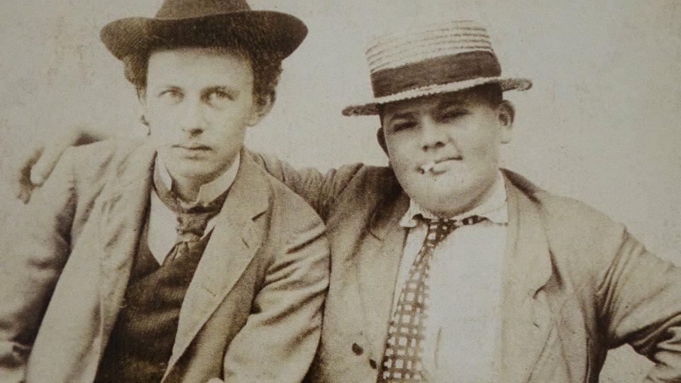 Mladý Kamil Zeman (Ivan Olbracht) se svým bratrancem  Františkem Schönfeldem (otcem Pavla Tigrida) repro foto