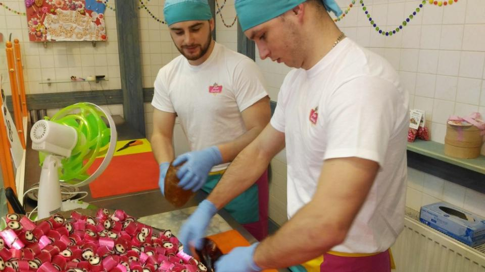 Drobné bonbonky vyrábějí zkušení cukráři v atelieru v centru Liberce, návštěvníci tak mají možnost prohlédnout celý proces výroby cukrátek