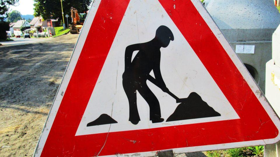 Dopravní značka upozorňující řidiče na práci na silnici (ilustrační foto)