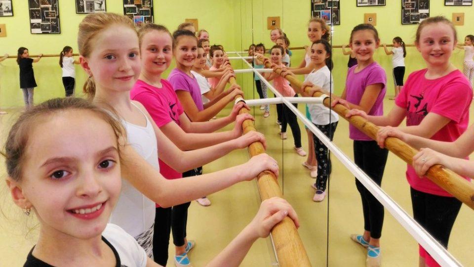 """Malé tanečnice baletní školy. """"Balet se učím už dva roky, nejtěžší je mít propnuté špičky, to trošku bolí,"""" říká žačka Adéla Pivrncová"""
