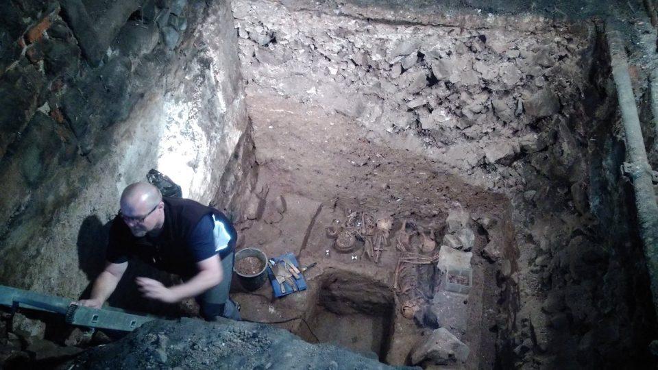 Archeologové odkryli hroby ze 14. století, myslí si že jde o Valdštejny