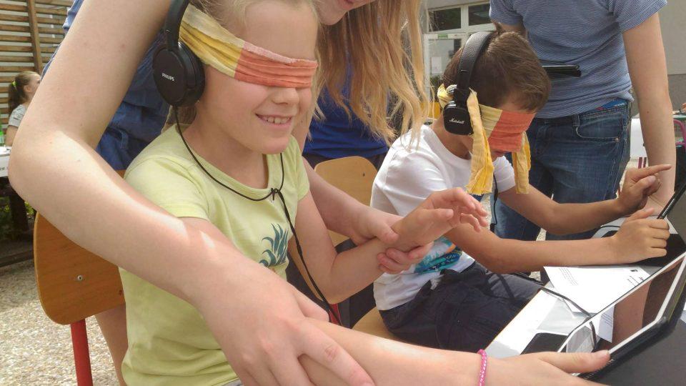 Děti plnily na celkem šestnácti stanovištích nejrůznější úkoly, musely se ovšem obejít bez zraku