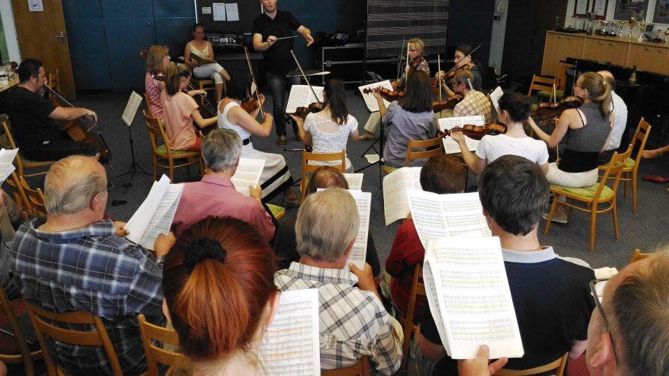 Sbor Ještěd na zkoušce před velkým koncertem ke svému 110. výročí