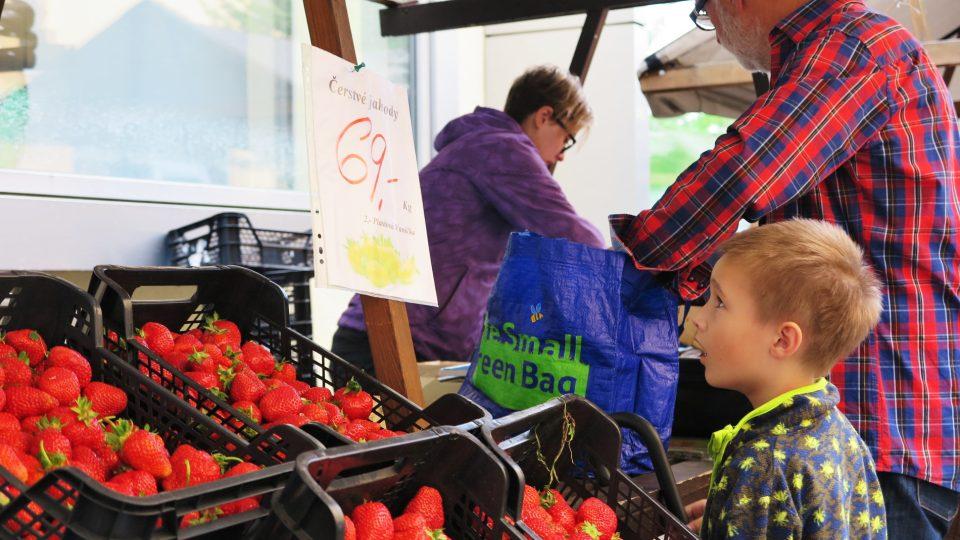 Na letních farmářských trzích nechybí ani prodejci jahod