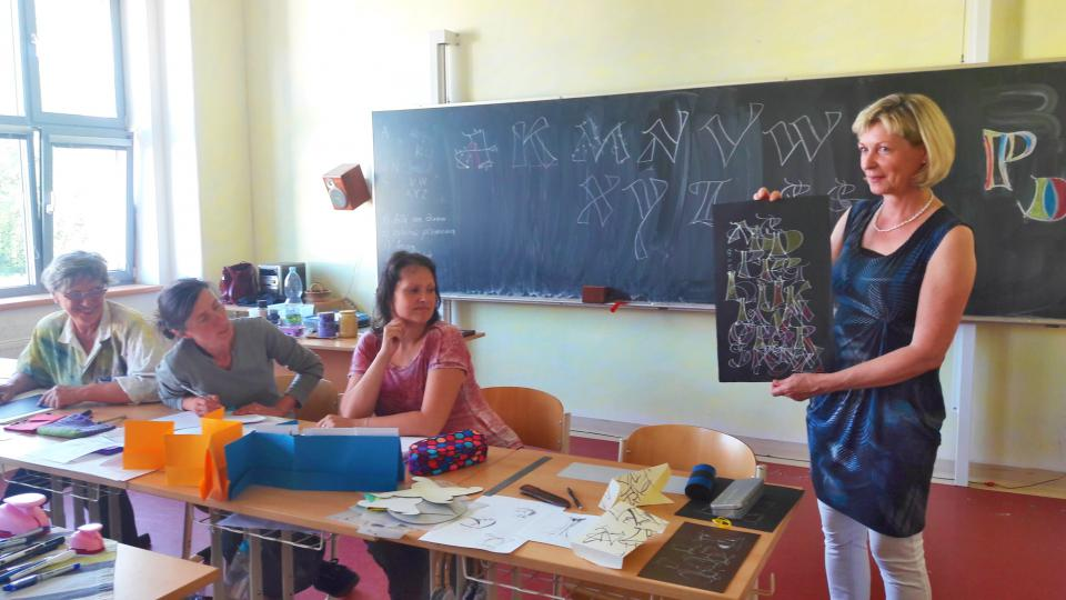 Lektorka Beate Langer z německého Stuttgartu učí dámy umění krasopisu, které vyžaduje i naučit se správný švih tužkou