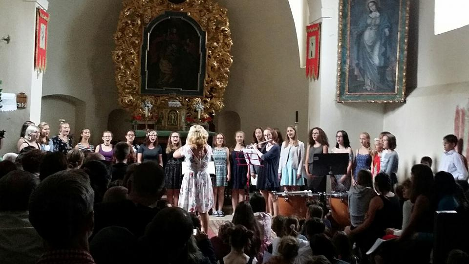 Severáček při svém letoším vystoupení v Letačovicích se sbormistriní Silvií Pálkovou