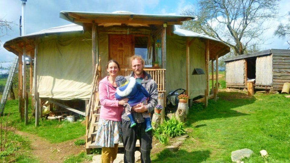 """Celoročně žijí v jurtě se dvěma dětmi. Manželé Macháčkovi opustili """"snadnější"""" život v panelákovém bytě, v jurtě jsou šťastní"""