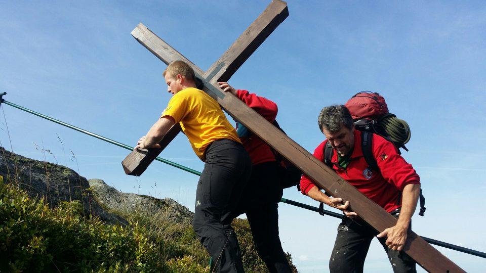 Vynášení nového kříže na skalní vyhlídku na Jizeře, druhém nejvyšším vrcholu české části Jizerských hor