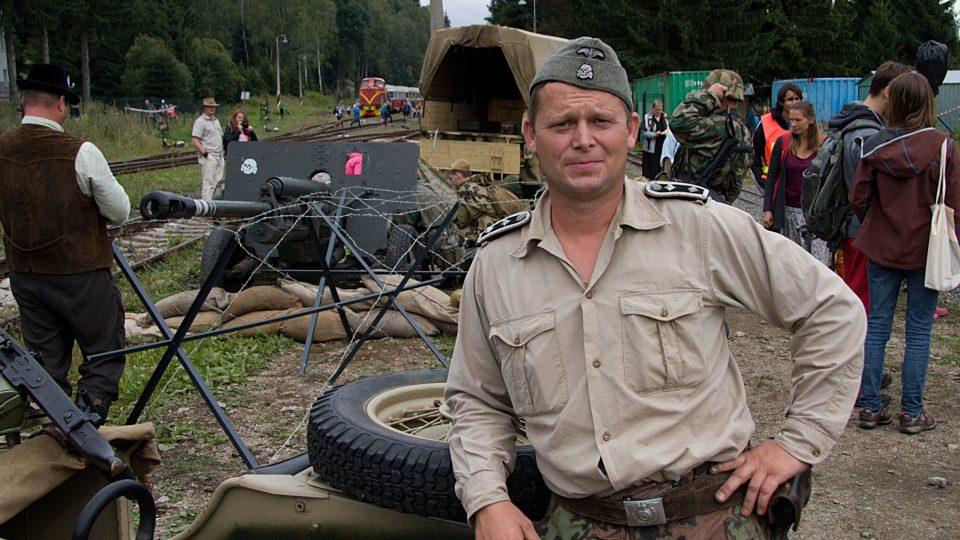 Členové Spolku vojenské historie Muzea Československé armády v Plavech na Jablonecku mají hodně specifického koníčka (na snímku Jiří Fejfar)