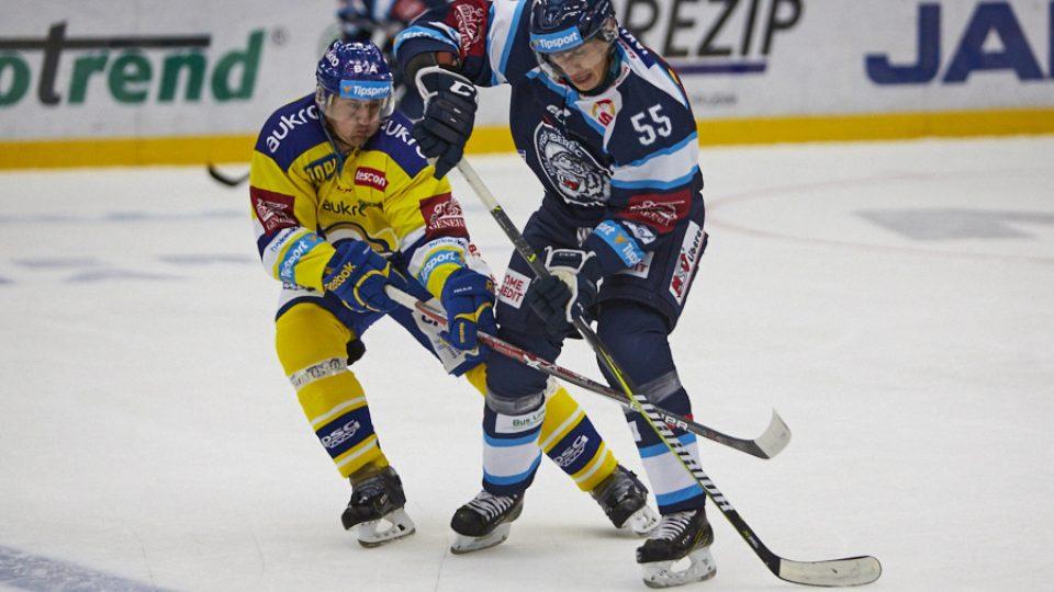 Martin Ševc na ledě objíždí spoluhráče