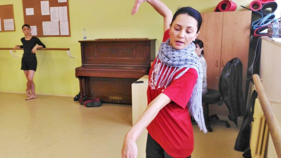 Na tanečníky baletního souboru DFXŠ při trénincích dohlíží čerstvá držitelka liberecké Thálie Maria Gornalová
