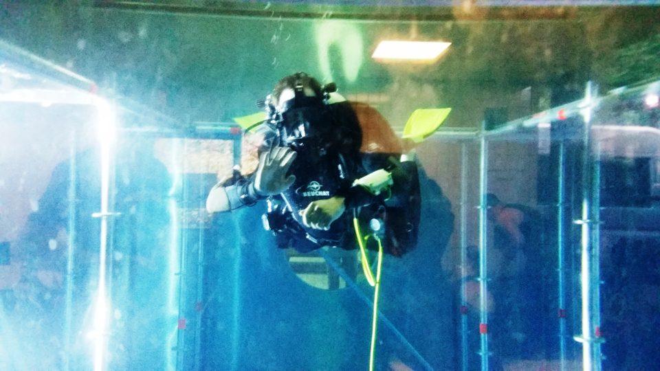 Potápěči zespoda v 8,5metrové hloubce strávili hodinu a půl