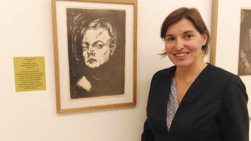 Kurátorka výstavy Anna Habánová u umělcova autoportrétu