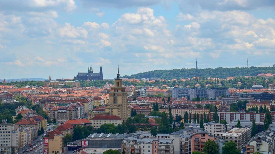 Výhled z Baby na katedrálu svatého Víta, hotel International a Petřín