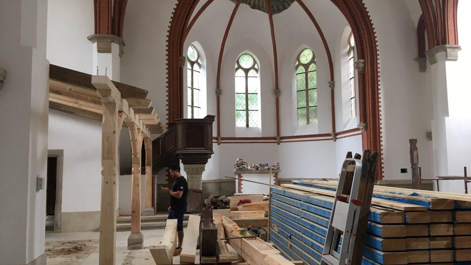 """Práce na obnově """"Červeného kostela"""" ve Varnsdorfu pokračují"""