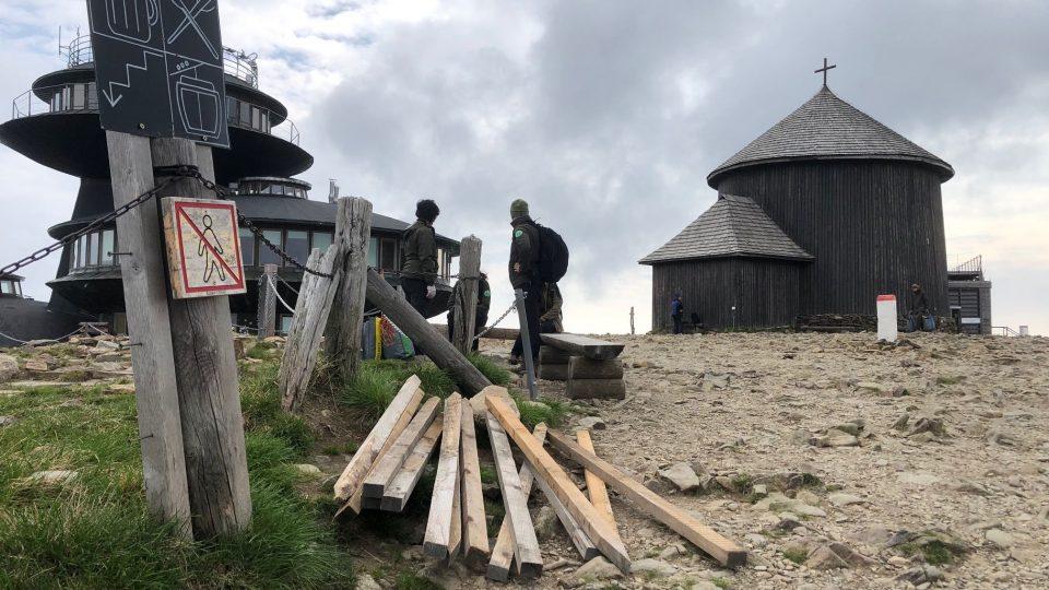 Strážci KRNAPu instalovali na vrcholu Sněžky stovky metrů ochranných sítí