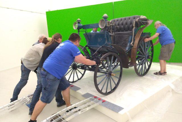 Stěhování vozu a jeho umístění do expozice bylo velmi náročné, zaměstnalo hned několik párů mužských rukou