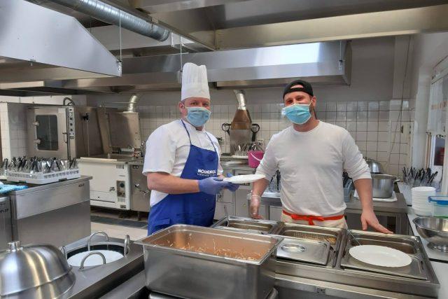 Aleš Smutný (vlevo) a Ondřej Dyntr vyměnili horské restaurace za školní jídelnu