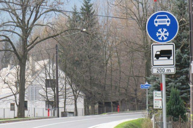 Také pod Červenohorským sedlem čeká na řidiče nákladních automobilů nová dopravní značka Zimní výbava
