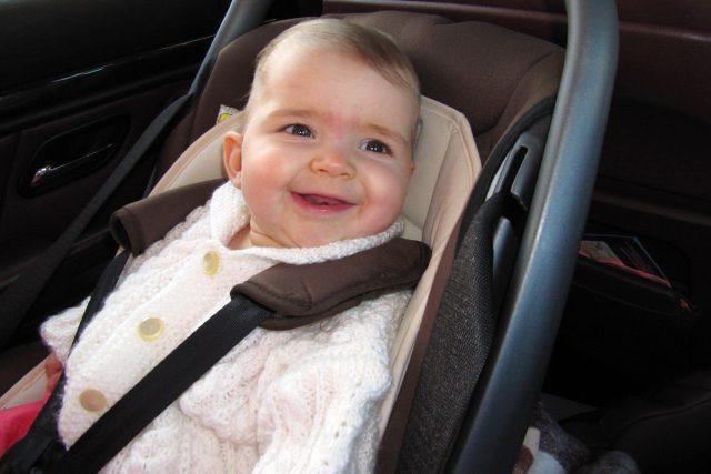kojenec v autosedačce