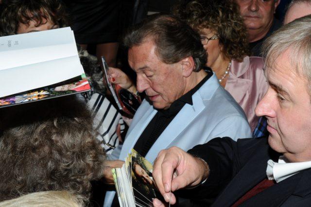 Karel Gott v obležení fanoušků. Koncert Karla Gotta a Big Bandu Českého rozhlasu.
