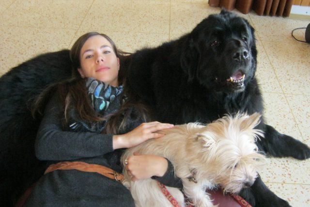 Canisterapii si vyzkoušela i reportérka Jana Jeckelová.