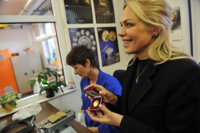 Dagmar Havlová s pamětní mincí s portrétem Václava Havla