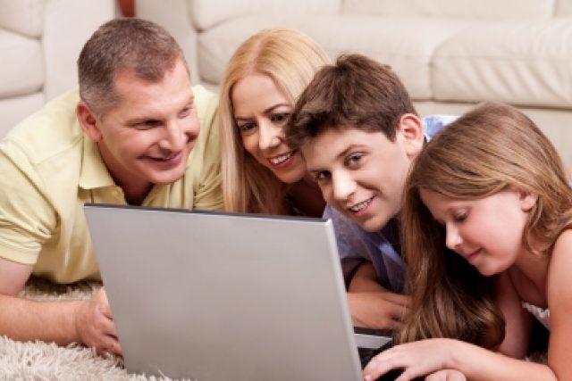 Rodina u počítače (ilustrační foto)