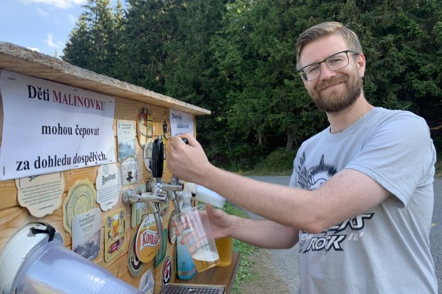 Turista Ondřej si čepuje pivo z pivní budky | foto: Ondřej Vaňura,  Český rozhlas