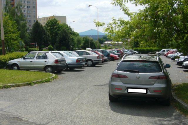 Parkování na sídlišti Špičák v České Lípě /ilustrační foto/