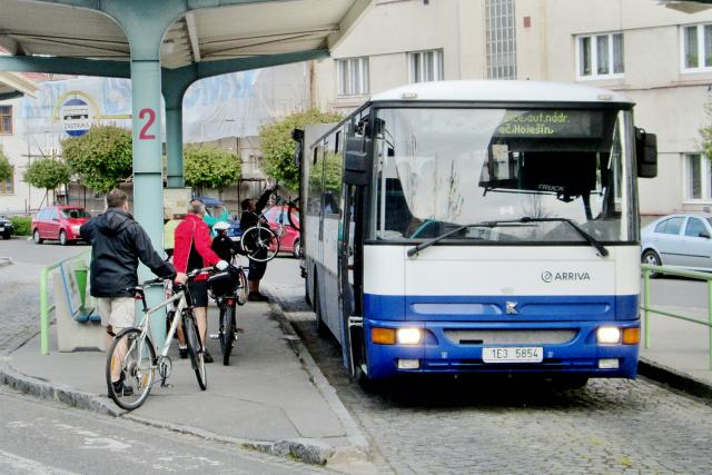 Do Orlických hor jezdí lidé i s koly v cyklobusech   foto:  Arriva