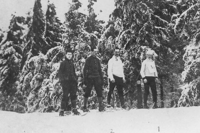 První závody na Pláních pod Ještědem,  1909 | foto:  Archiv Pavla D. Vinkláta