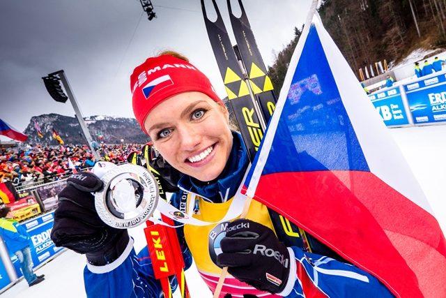 Gabriela Soukalová s medailí za druhé místo za sprint v Ruhpoldingu