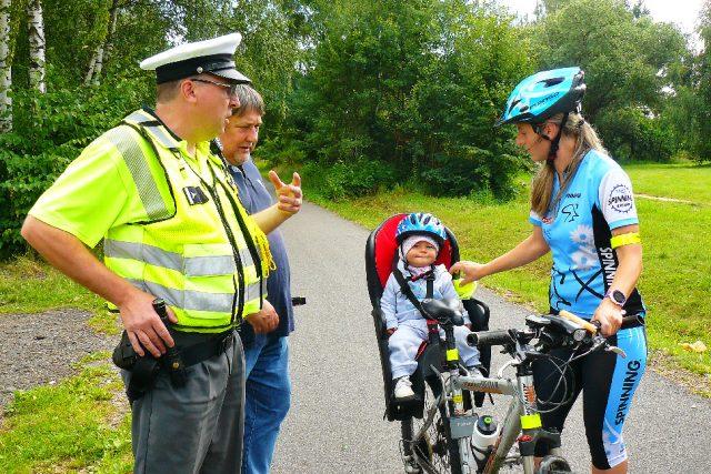 Policisté u cyklistů kontrolují kromě povinné výbavy kola i to, jestli před jízdou nepožili alkohol